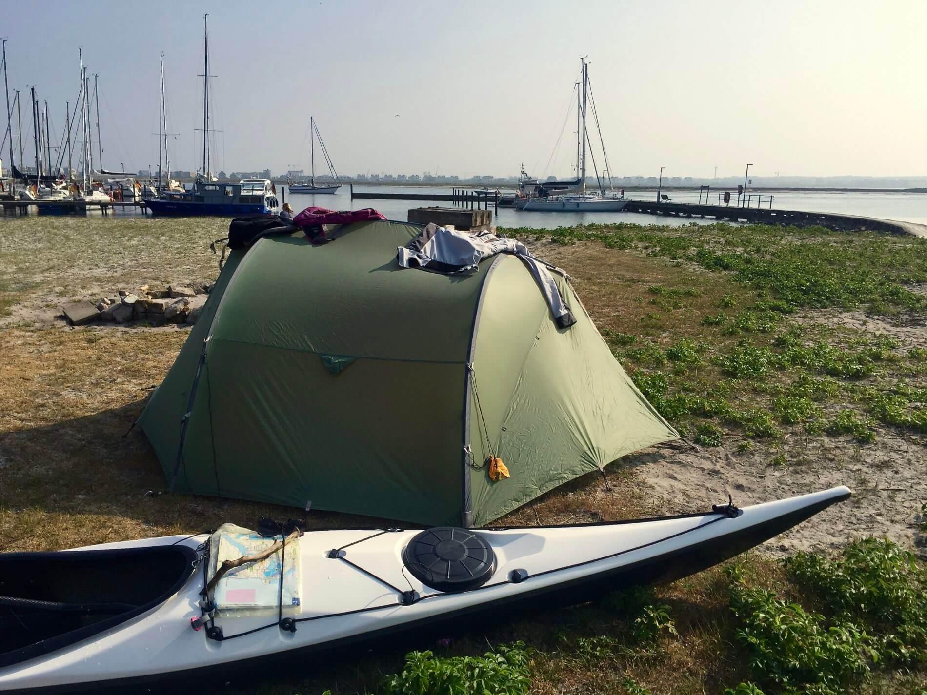 Schleimuende mit Seekajak und Zelt
