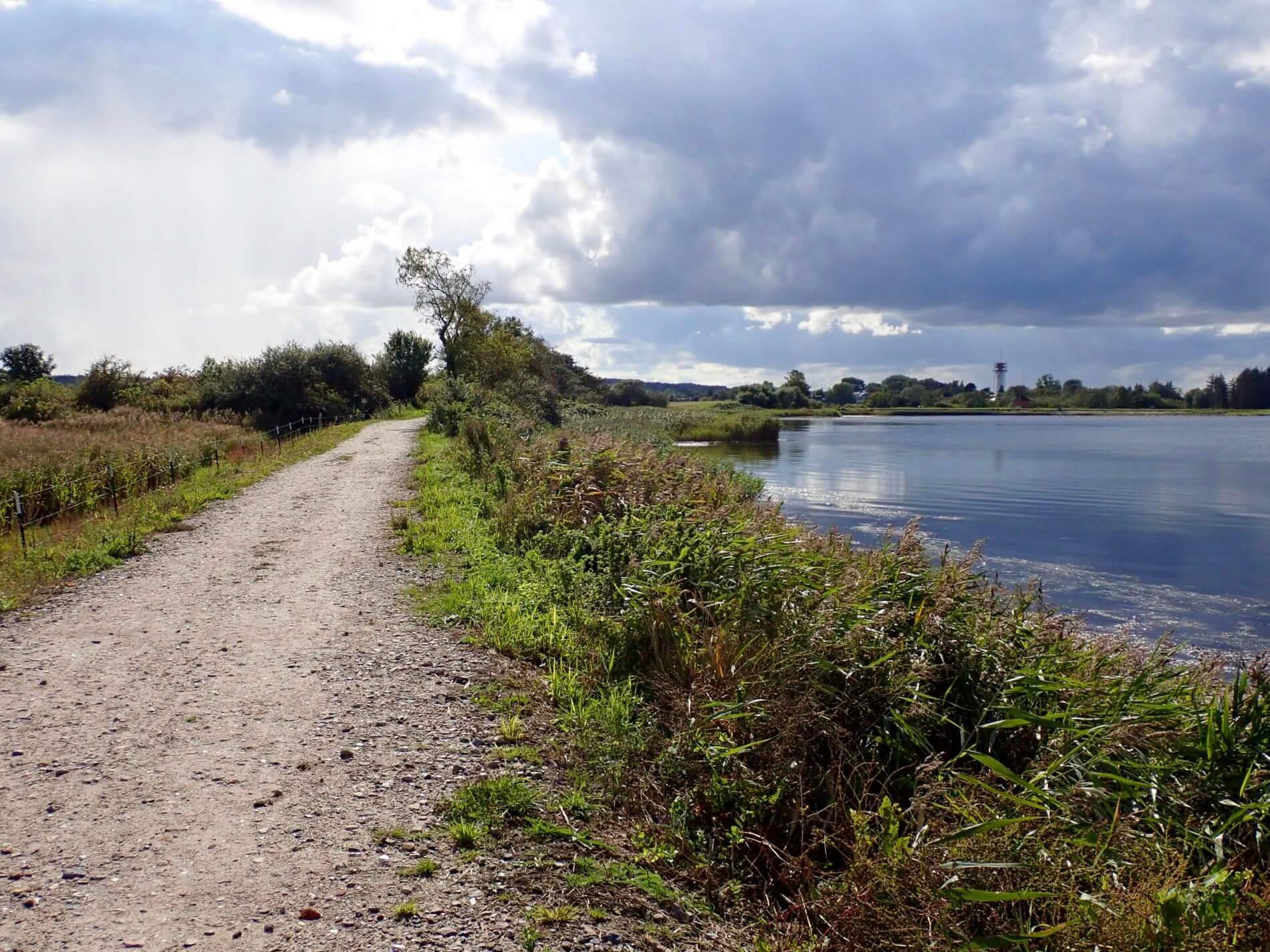 Wandern bei Holnis_Weg, Wasser und Leuchtturm