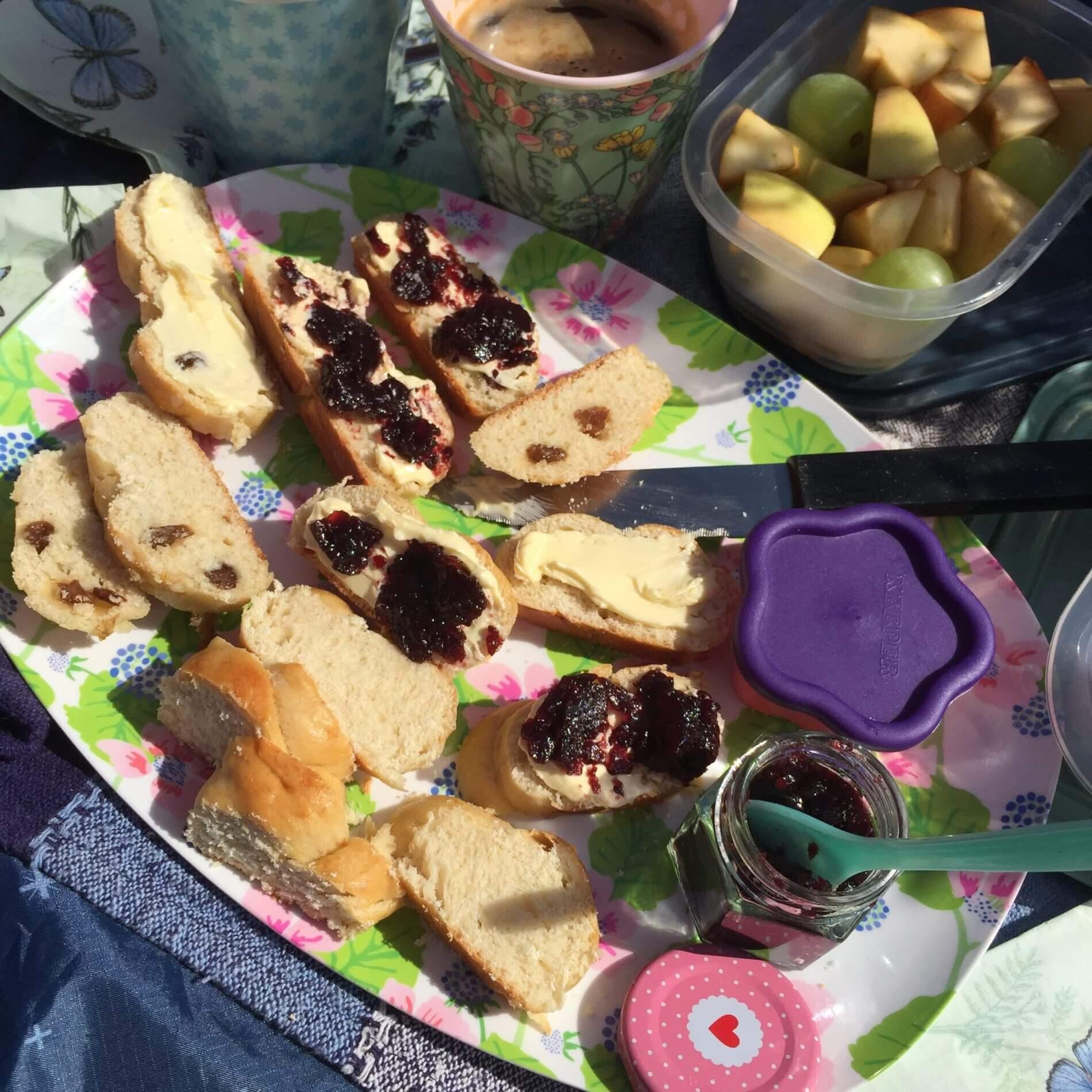 Picknick mit Hefeteilchen