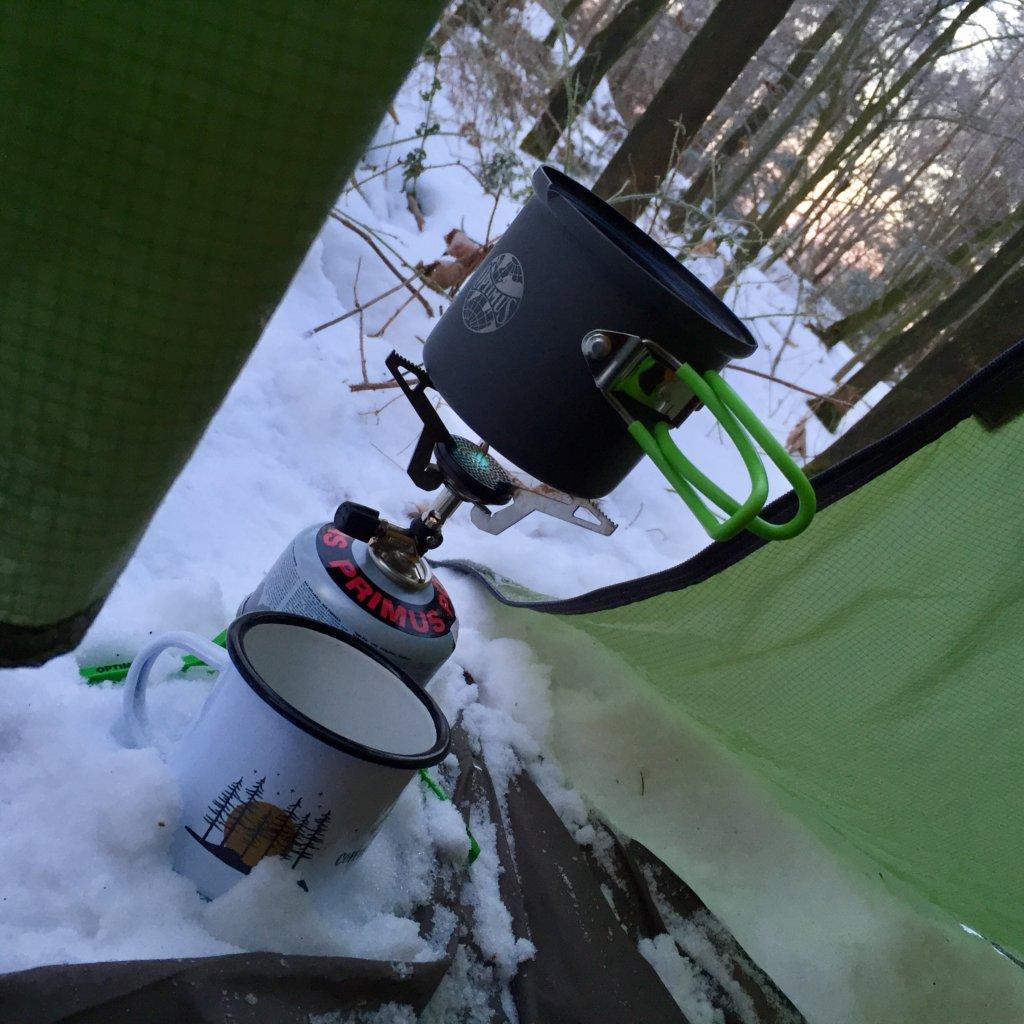 Morgenkaffee beim Winterzelten_Gaskocher